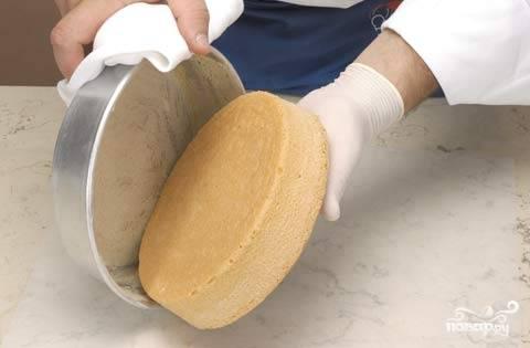 4. Выпекаем бисквит в течении получаса при температуре 150 градусов. Вынимать из формы его можно минут через 10. Он готов к дальнейшему применению, например, в качестве основы для торта.