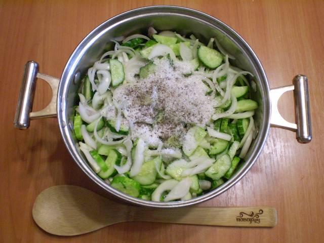 4. Складываем все специи, овощи в кастрюлю и перемешиваем. Даем постоять 10-15 минут.