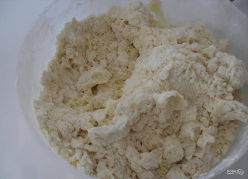 3.Муку просеиваю и всыпаю в миску, добавляю размягченное сливочное масло и перемешиваю.
