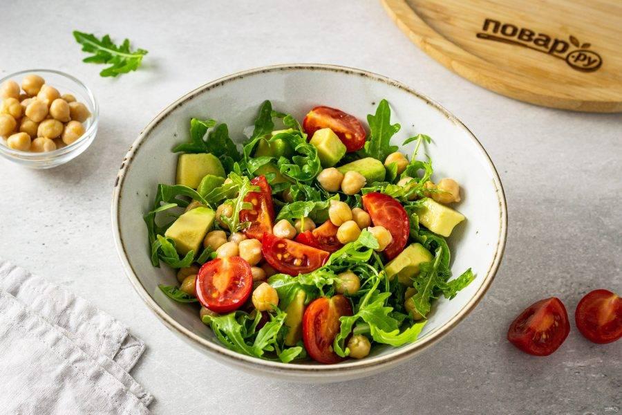 Перемешайте все ингредиенты, переложите в миску для подачи. Сверху полейте заправкой. Салат с рукколой и нутом готов, приятного вам аппетита!
