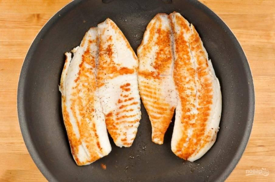 4. После этого обжарьте рыбное филе по 4 минуты с каждой стороны. Заранее натрите его солью и перцем.