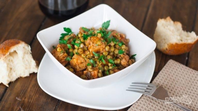 Перед подачей нарежьте укроп и петрушку, разложите блюдо по тарелкам и присыпьте зеленью.