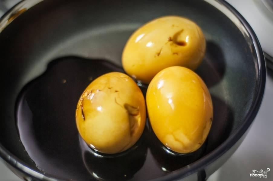 В кипящем соевом соусе яйца станут коричневыми.