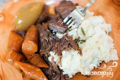7. Измельчить мясо и подавать жаркое с картофельным пюре на гарнир.