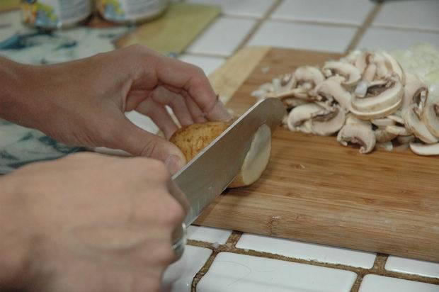 Картошку промываем и не очищаем, а нарезаем максимально тонкими ломтиками.
