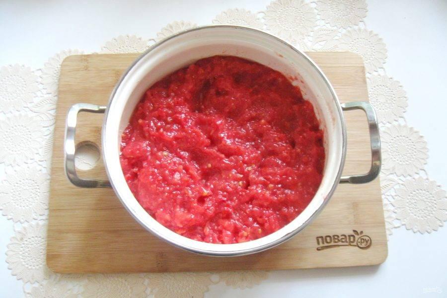 Пропустите помидоры через мясорубку.