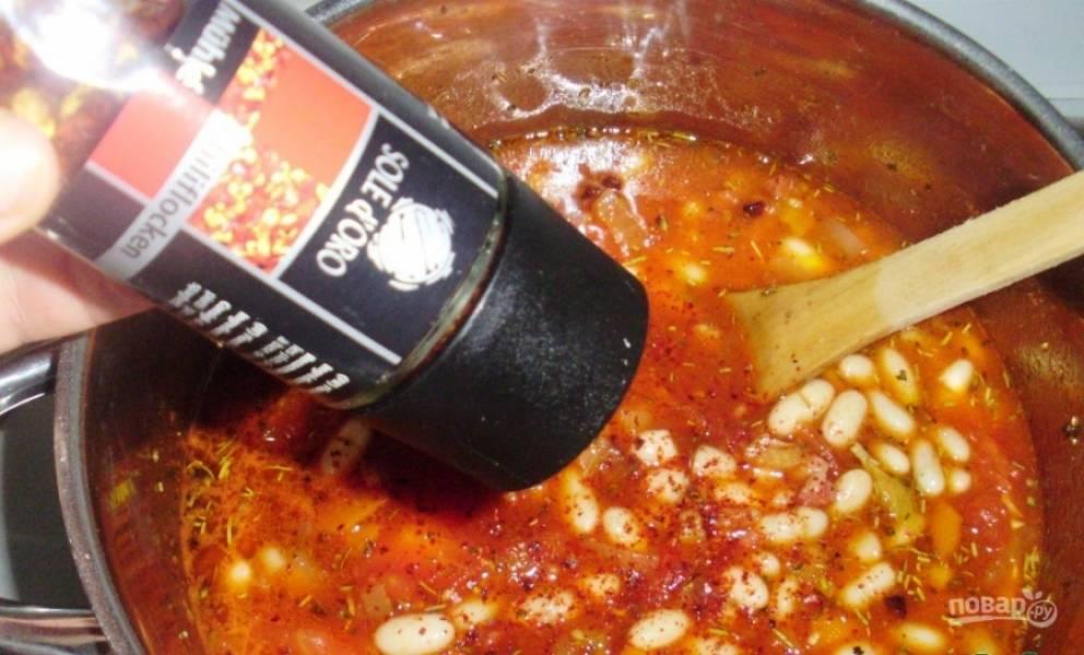 Теперь всыпьте все приправы, перец и соль. Варите суп на слабом огне 20 минут.