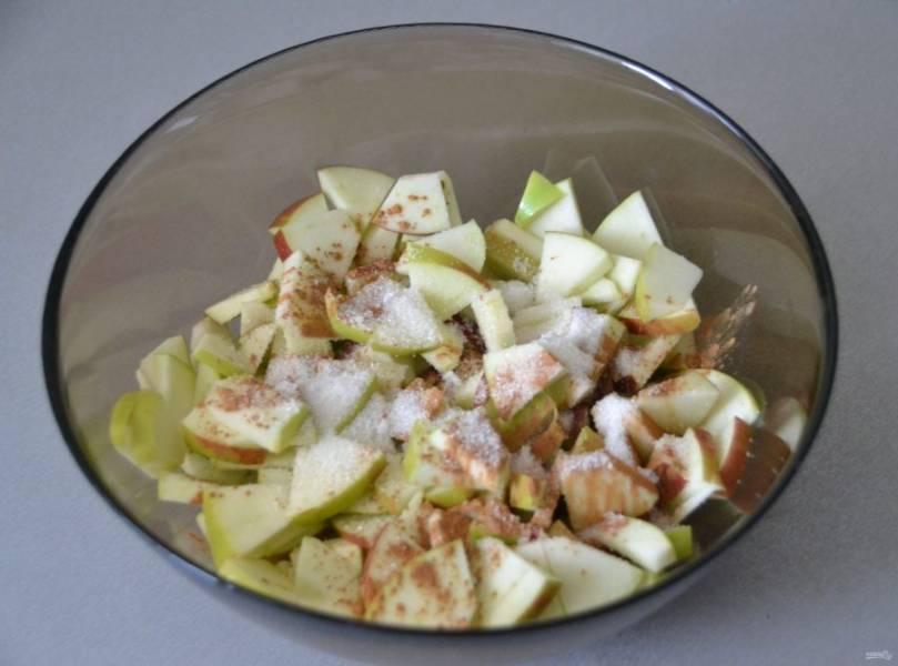 Яблоки нарежьте небольшими кусочками. Очищать от кожуры или нет, решайте сами. Добавьте оставшийся сахар, корицу, размешайте.