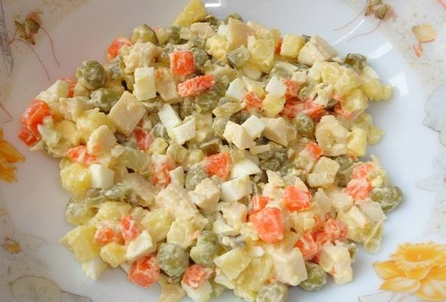 Осталось добавить мелко порезанные соленые огурцы и заправить салат майонезом. Соль и перец по вкусу. Приятного аппетита!