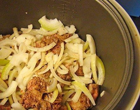 """1. Мясо режем кусочками, помещаем на дно мультиварки, поливаем растительным маслом. В режиме """"Выпечка"""" обжарим до корочки, а потом добавим лук, и обжарим еще немного."""