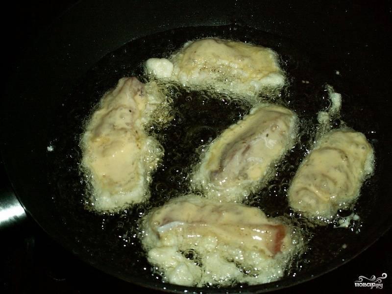 В сковороде разогреваем масло и выкладываем в нее рыбные кусочки.