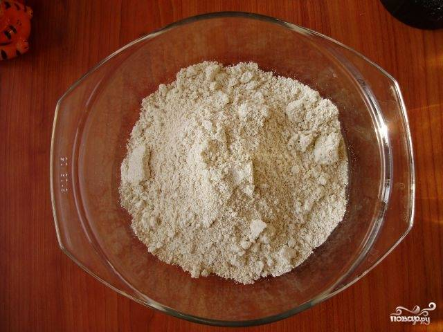 Сперва нужно заняться мукой. Если у вас есть овсяная мука, то отмерьте её в размере 170 граммов. А если вы используете овсяные хлопья, то их надо смолоть в кофемолке. Смешайте овсяную муку в равных количествах с пшеничной.