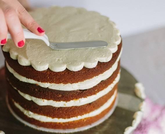 10. Также бисквитный торт с фруктовой начинкой в домашних условиях можно покрыть шоколадной глазурью или ганашем, например. Оставьте его на пару часов для пропитки, затем сразу же можете подавать к столу.