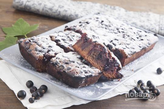 7.Выпекайте пирог в разогретом до 180 градусов духовом шкафу около получаса. Подавайте пирог после остывания.