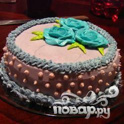 Торт со сливочным кремом, украшенный глазурью