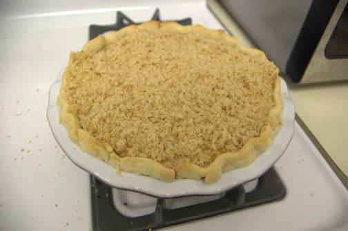 9. Достать пирог из духовки, присыпать сверху крошкой и отправить обратно запекаться до готовности. Вот такой простой и очень аппетитный вариант, как сделать персиковый пирог со сметанным кремом.