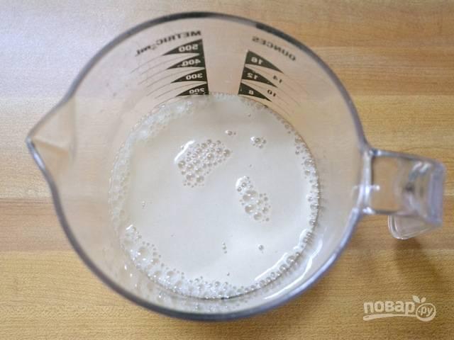 1.Смешайте воду, сахар и дрожжи. Оставьте смесь на 5 минут, чтобы появилась пена. Добавьте к пенистой дрожжевой смеси 0,5 ложки оливкового масла и соль.