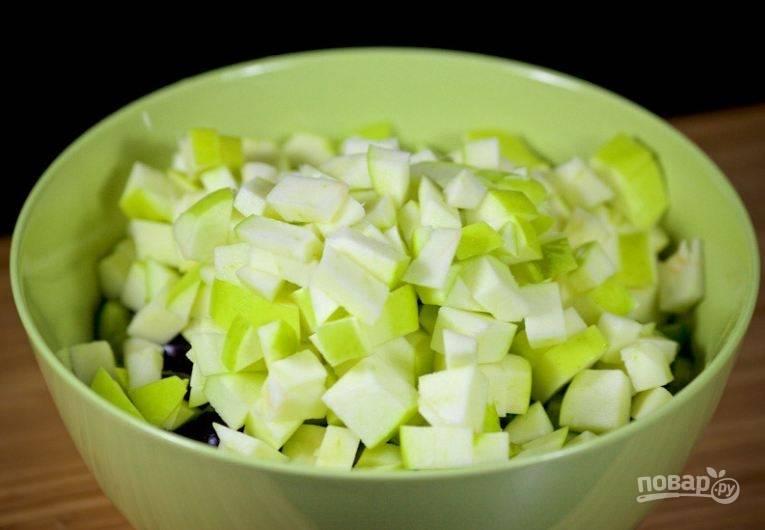 4. Яблоки тоже нарежьте небольшими кубиками и добавьте в миску.