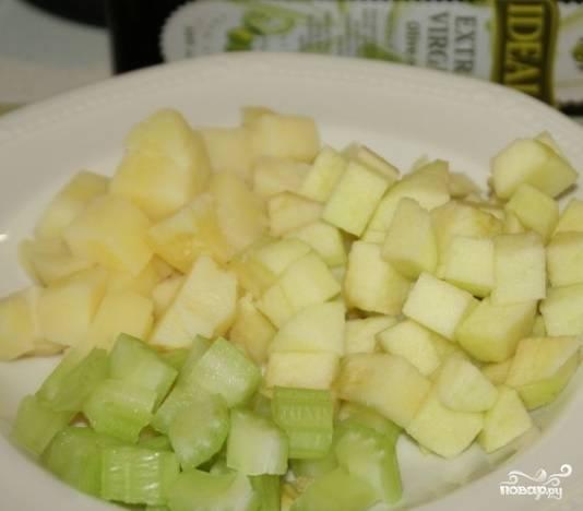 1. Подготовьте все ингредиенты перед тем, как приготовить салат картофельный с яблоками. Отварите картофель. Необходимо очистить яблоки, удалите из них сердцевину. Лучше выбирайте сорта яблок с кисло-сладким вкусом. Нарежьте подготовленные яблоки, отваренный картофель и стебель сельдерея кубиками.