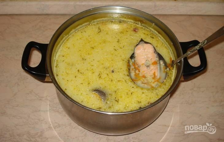 В конце добавьте сыр, перец и соль. Перемешайте, чтобы сыр полностью растворился. Варите суп ещё 5 минут. Приятного аппетита!