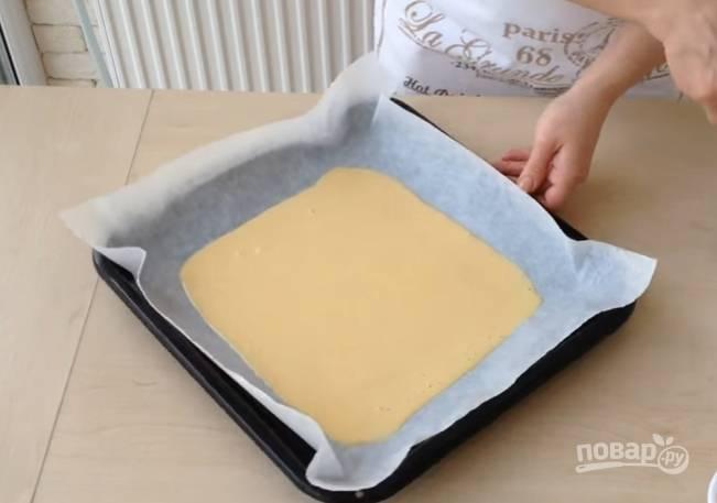 6.Противень застелите бумагой для выпечки, вылейте в него тесто, распределите его по всей поверхности лопаткой. Выпекайте в разогретом до 200 градусов духовом шкафу около 10 минут.