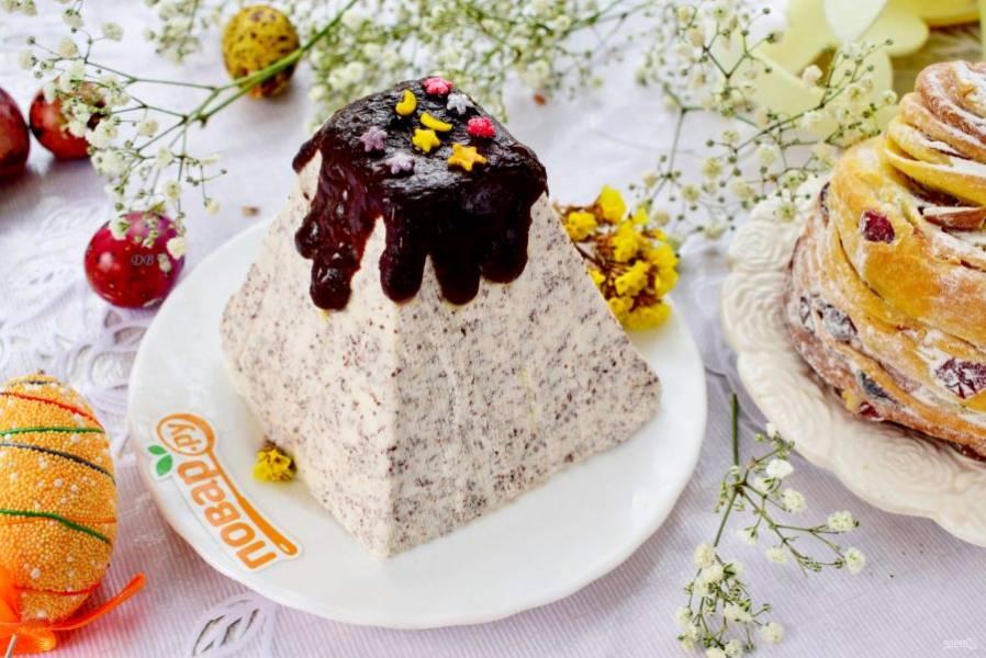 Разверните верх марли, переверните форму на блюдо, снимите, аккуратно освободите пасху от марли. Оставшийся шоколад растопите на водяной бане и украсьте им десерт. Светлой Пасхи!