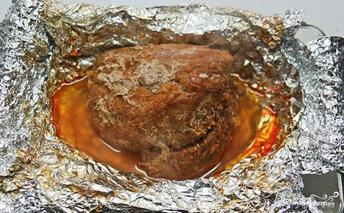 Запекается мясо час. После этого фольгу нужно развернуть, а выделившимся соком полить мясо. Теперь надо отправить свинину в духовку ещё на 20 минут, чтобы на ней образовалась корочка. Периодически мясо доставайте и поливайте соком.