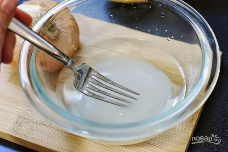 1. В глубокой мисочке соедините воду, уксус и сахар. Перемешивайте вилкой, пока сахар не растворится и маринад не станет прозрачным.