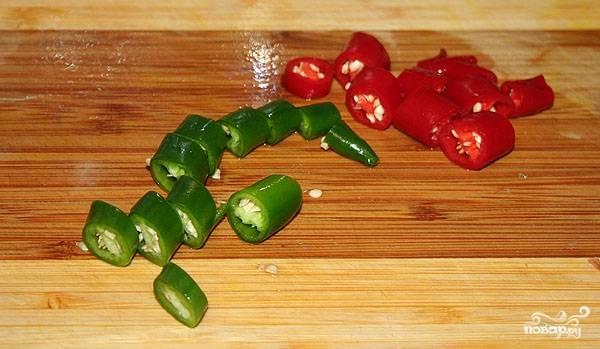 3. Если вы не большой поклонник острого, то удалите семена из перца, а затем нарежьте овощ небольшими кусочками.