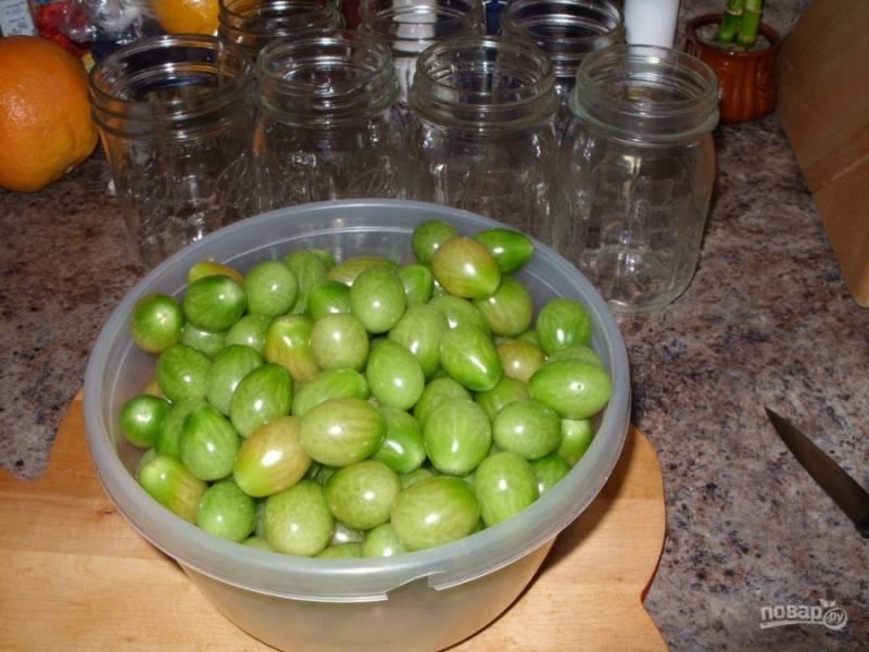 1.Подготовьте банки, вымойте их хорошенько и просушите. Вымойте зеленые томаты и удалите хвостики.