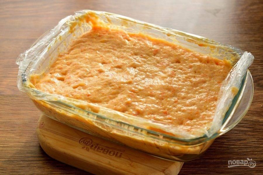 Вылейте в форму с пищевой пленкой.