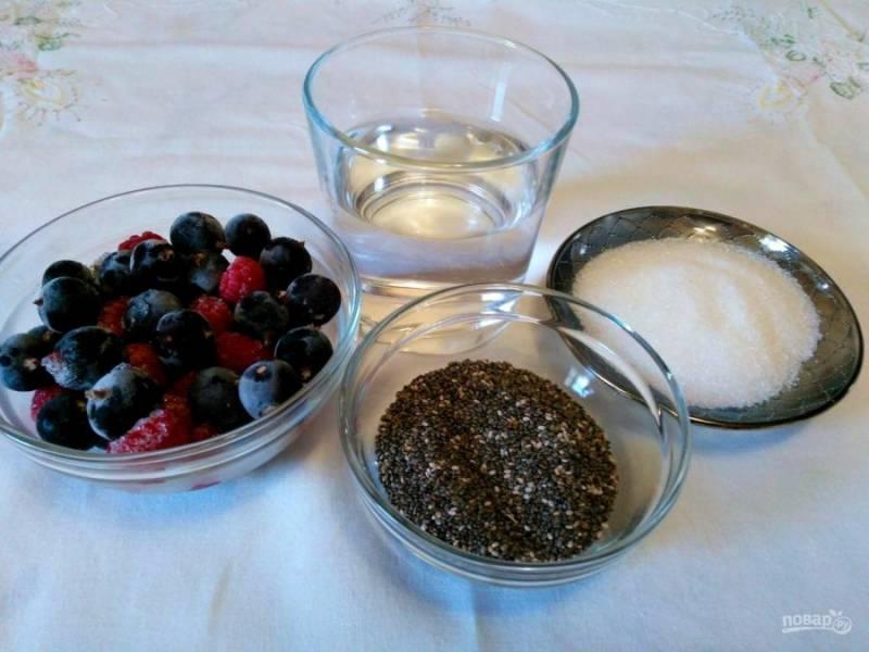 Подготовьте необходимые ингредиенты. Для пудинга можно использовать любые ягоды без косточки как в замороженном, так и в свежем виде.