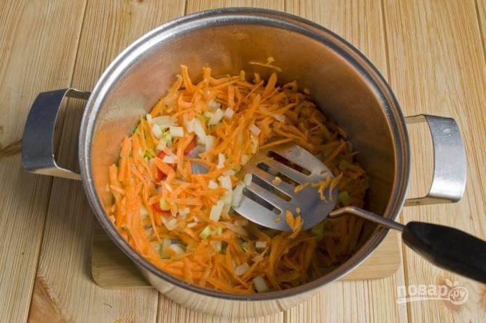 2.Очистите морковь и натрите ее на крупной терке, добавьте в кастрюлю к остальным овощам.