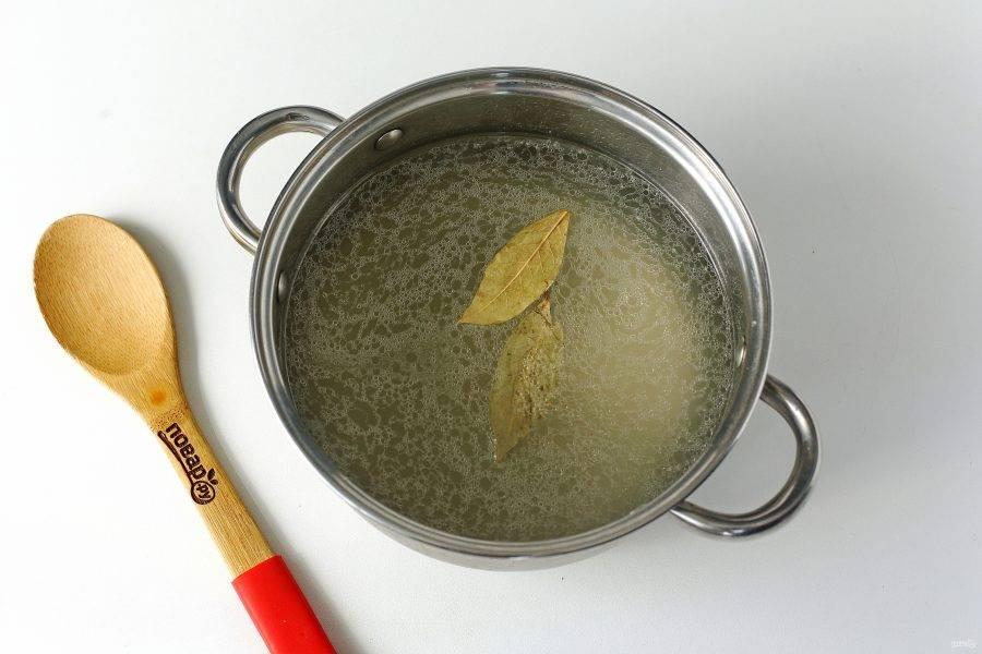 Налейте в кастрюлю бульон или воду, добавьте соль по вкусу, лавровый лист и доведите до кипения.