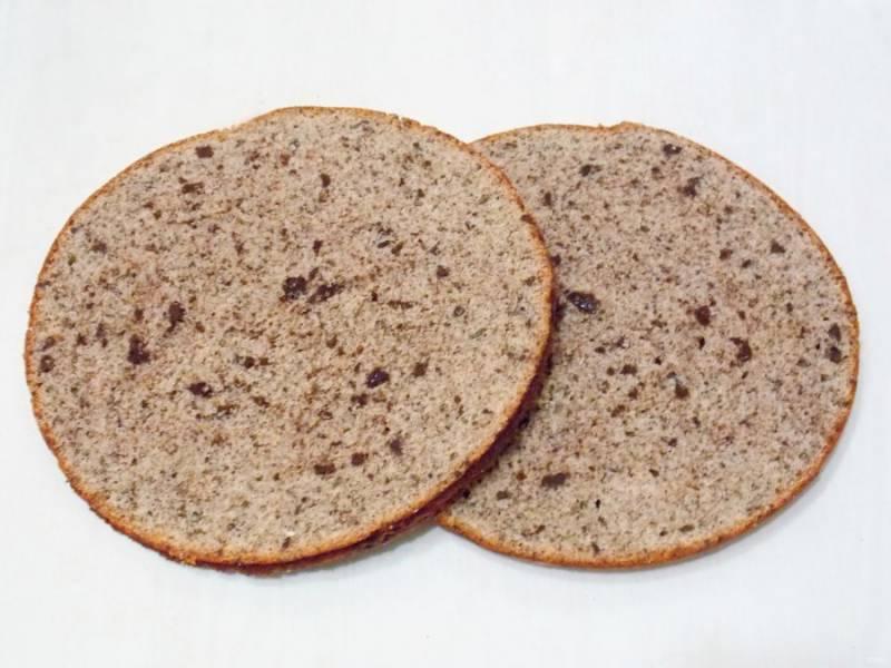 Остывший корж извлеките из формы и разрежьте на две ровные половинки.