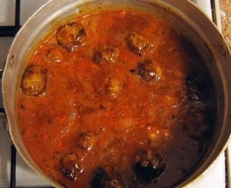 Все обжаренные тефтели перекладываем в кастрюлю с томатным соусом. Уменьшаем огонь и накрываем кастрюлю крышкой. Тушим тефтели в течение 20-25 минут. Если потребуется то время тушения увеличиваем до полной готовности риса.