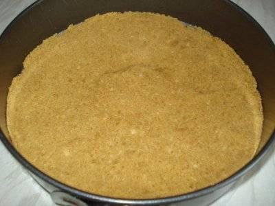 Равномерно утрамбуйте печенье на дно формы для чизкейка.