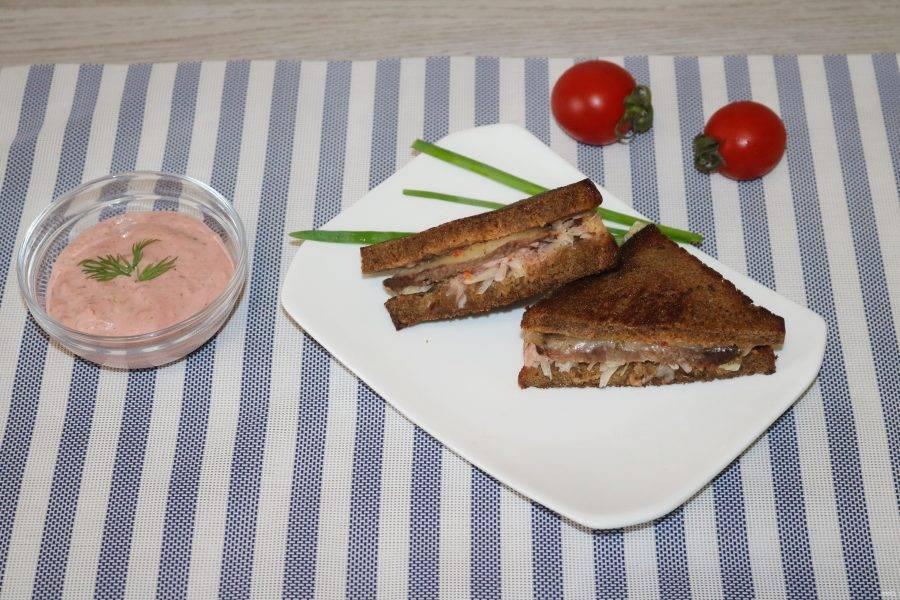 """Сэндвич """"Рубэн"""" готов! Разрежьте на две половинки. Приятного аппетита!"""