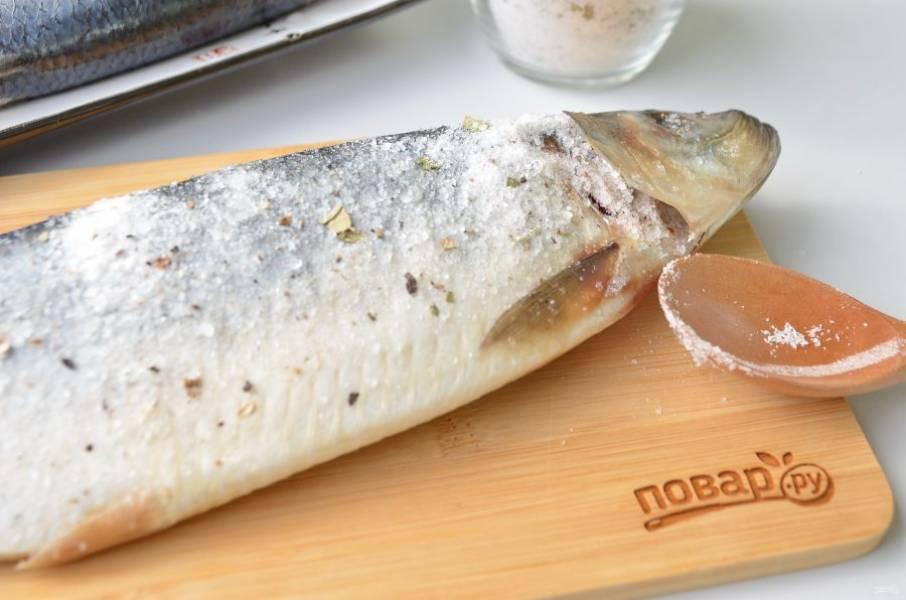 4. Селедочку вымойте, обсыпьте хорошо со всех сторон специями. Откройте жабры и насыпьте туда соли. Из 100 г соли со специями примерно 20 г соли должно уйти в жабры. Проделайте процедуру со всеми селедочками.