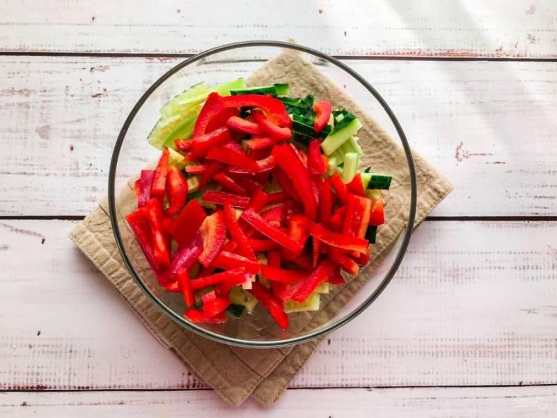 Болгарский перец помойте, удалите семена, нарежьте соломкой и добавьте к остальным ингредиентам.