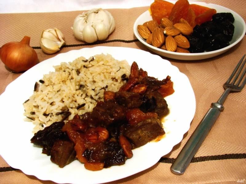 Готовую говядину с сухофруктами можете подавать с легким гарниром, например — с рисом. Приятного аппетита!