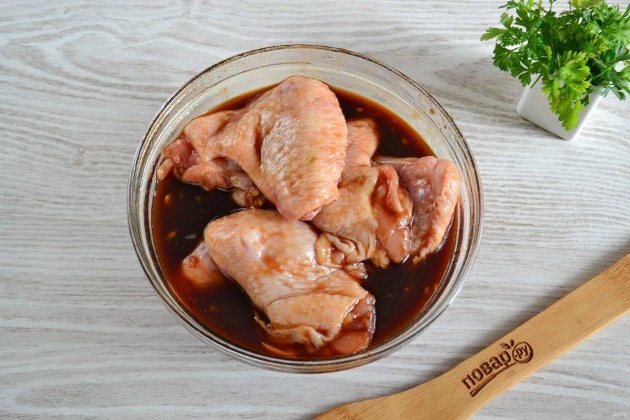В глубокую миску сложите крылышки, залейте подготовленным соусом, перемешайте и отправьте в холодильник минимум на 1 час.