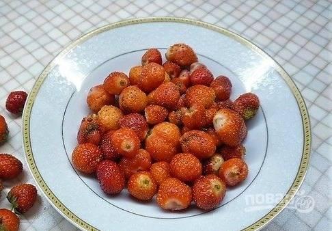 Клубнику промойте, удалите плодножки и порежьте ягоду тонкими слайсами.