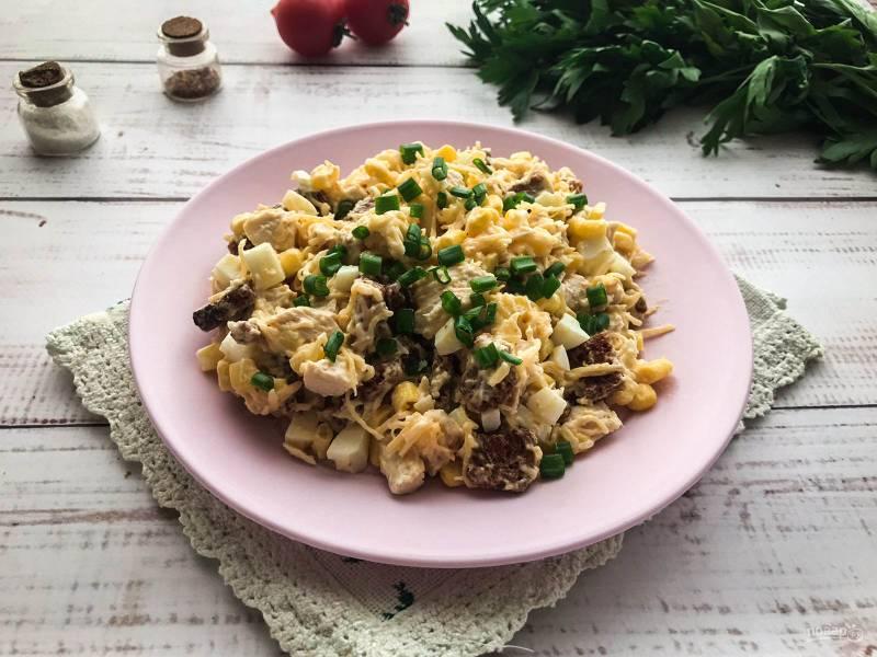Салат с гренками и кукурузой