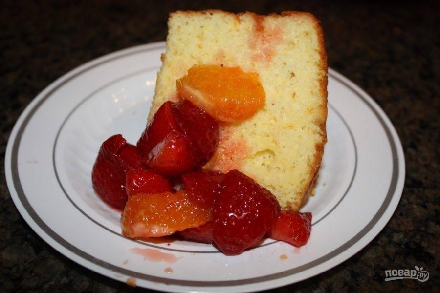 13.Достаньте бисквит и разрежьте его на кусочки, подавайте с вымоченными фруктами.