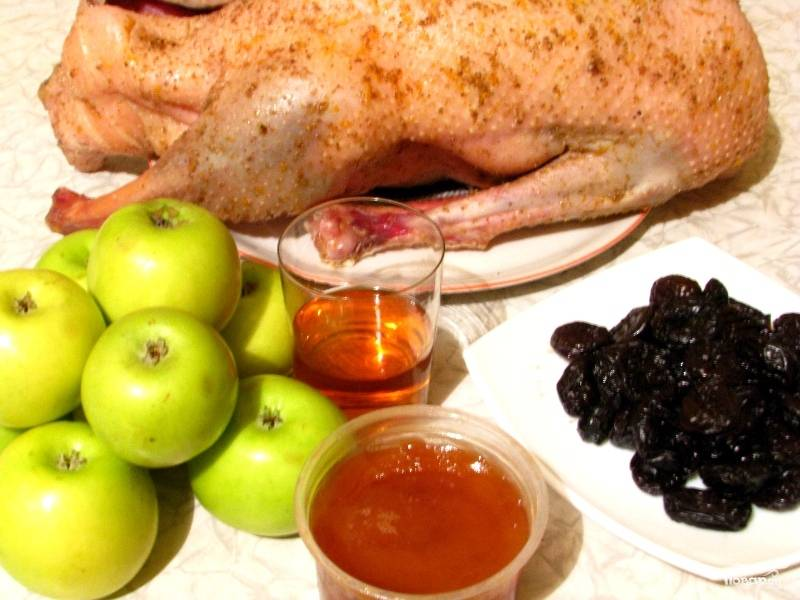 Чернослив замачиваем в оставшемся вине. Яблоки моем, чистим и нарезаем на половинки или четвертинки - кому как нравится.