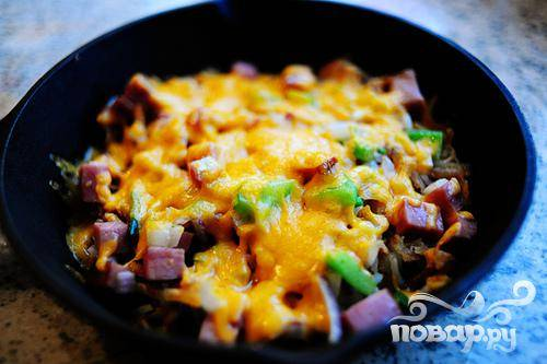 Пока мы запекаем овощи и картофель (до расплавления сыра), поджарьте яйца.