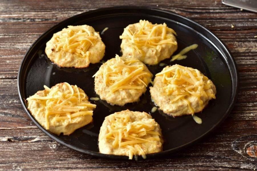 За 5 минут до готовности выложите сверху натертый твердый сыр.