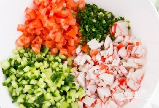 1. Крабовые палочки измельчаю кусочками. Овощи (огурцы и томаты) хорошенько мою, затем измельчаю небольшими кусочками (у меня кубики). Зеленый лук мою, вытираю и нарезаю мелко. Складываю все измельченные продукты в миску.