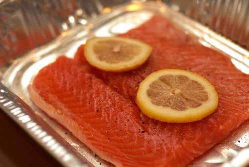 1. Филе разморозим, промоем и обсушим. Натираем специями. Рекомендую свежемолотый черный перец и морскую соль. Выкладываем в форму, два кусочка лимона кладем сверху. Сбрызнем лимонным соком. Запекаем при 180 градусах в духовке 10-20 минут (в зависимости от толщины куска).